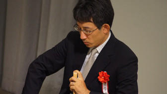 佐藤康九段は「天衣無縫」、木村八段は「百折不撓」。有名棋士が揮毫にこめる、特別な意味とは?
