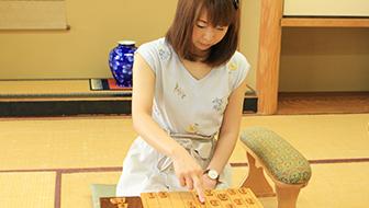 女流棋士に聞いた、美しく指すコツとは? 綺麗な駒の持ち方を動画でマスターしよう