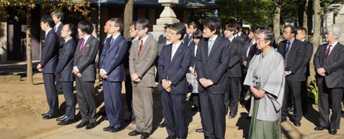 お正月の伝統行事、「指し初め式」をご紹介。羽生三冠、佐藤名人と1手指せる夢のイベント。
