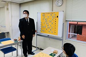 藤田一樹指導棋士三段による講義の様子
