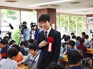 大会の様子を見守る藤井聡太七段