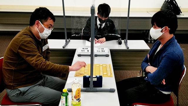 決勝戦  知花賢さん(東京都・棋心支部、左)VS小山怜央さん(東京都・リコー支部、右)
