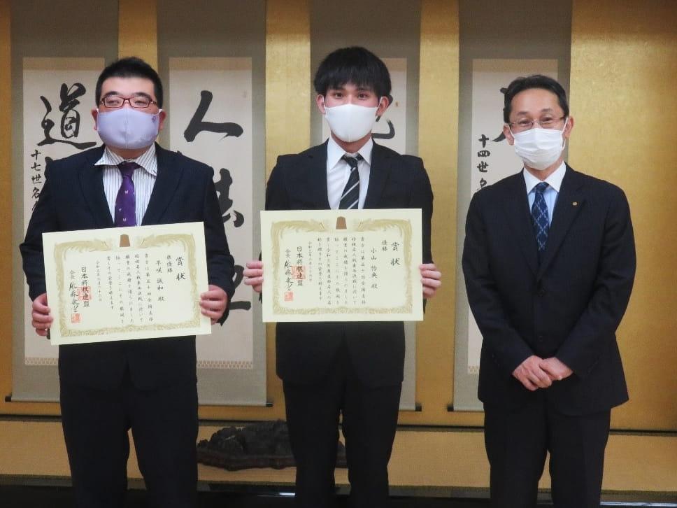 日本将棋連盟常務理事・井上慶太九段より賞状が授与されました