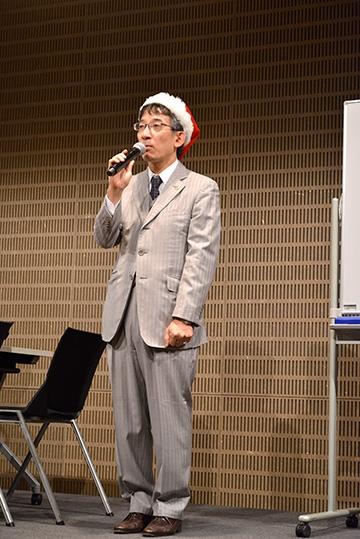 閉会の挨拶をする佐藤九段