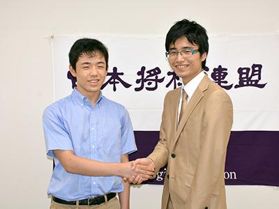 プロ入り昇段を決めた大橋貴洸新四段と藤井聡太新四段