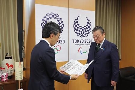 櫻田義孝東京オリンピック・パラリンピック担当大臣に五段免状を授与_01