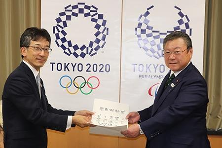 櫻田義孝東京オリンピック・パラリンピック担当大臣に五段免状を授与_02